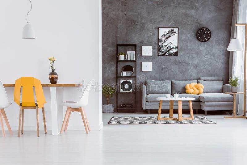Gele stoel in woonkamer stock foto. Afbeelding bestaande uit vlak ...