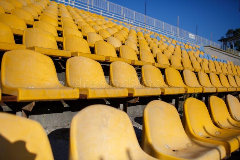 Gele stoelen bij een sportenstadion stock afbeeldingen