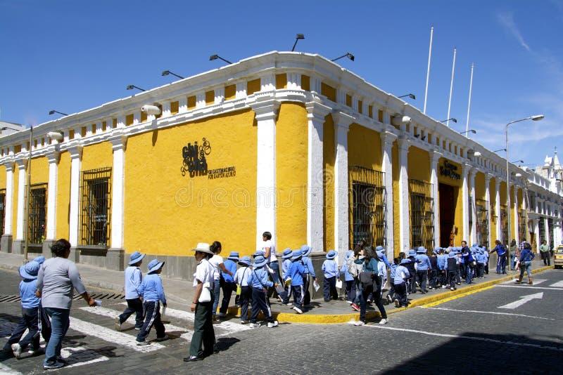 Gele straathoek en studenten in eenvormig, Arequipa, Peru royalty-vrije stock foto's