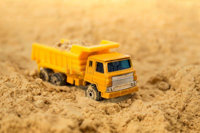 Gele stuk speelgoed stortplaatsvrachtwagen stock foto