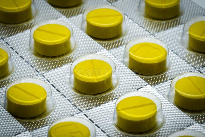 Gele tablettenpil in blaarpak Volledig kader van tabletpillen royalty-vrije stock afbeeldingen