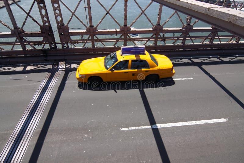 Gele taxi op de brug van Brooklyn stock fotografie