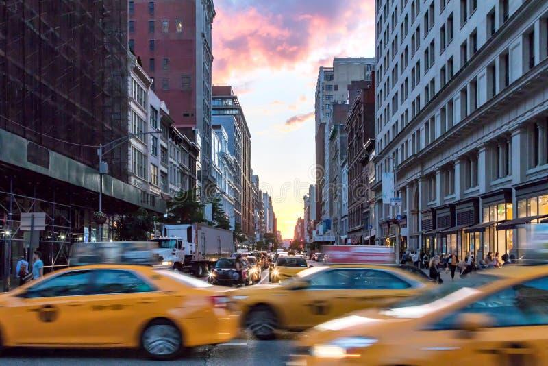 Gele taxicabines die onderaan Broadway tijdens spitsuur in de Stad van New York verzenden royalty-vrije stock afbeelding