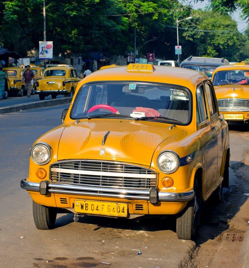 Gele taxicabines in Kolkata, India stock foto's