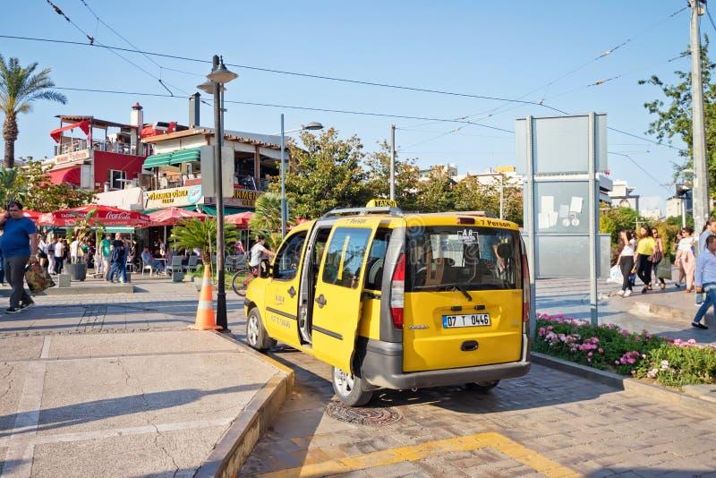 Gele taxistandplaatsen door de kant van de weg die op passagier wachten stock foto