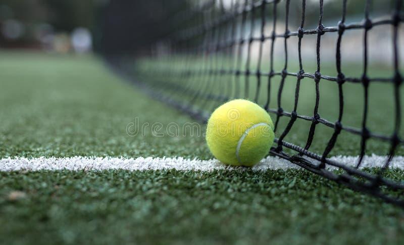 Gele tennisbal bij het net royalty-vrije stock afbeelding