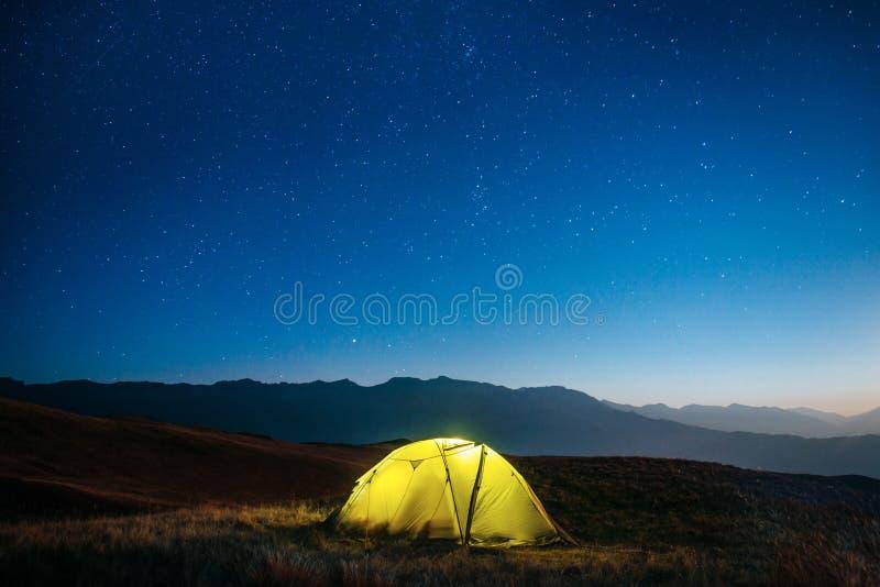 Gele tent bij nacht in de bergen royalty-vrije stock fotografie