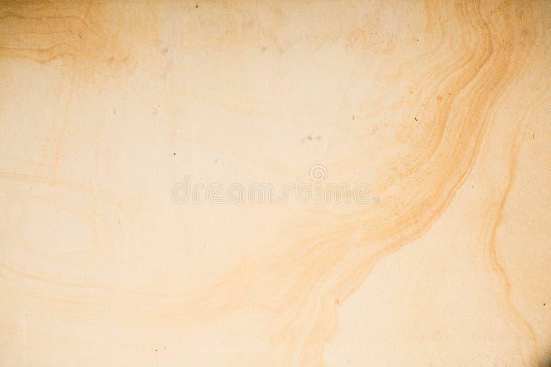 Gele textuur als achtergrond van zandsteensteen met donkere lijnen royalty-vrije stock afbeeldingen
