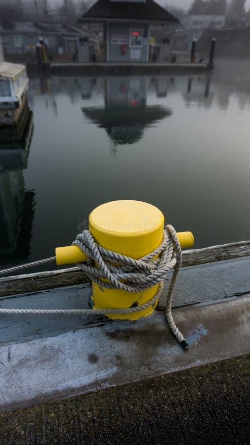 Gele, touwtjepost voor het dokken van boten royalty-vrije stock fotografie