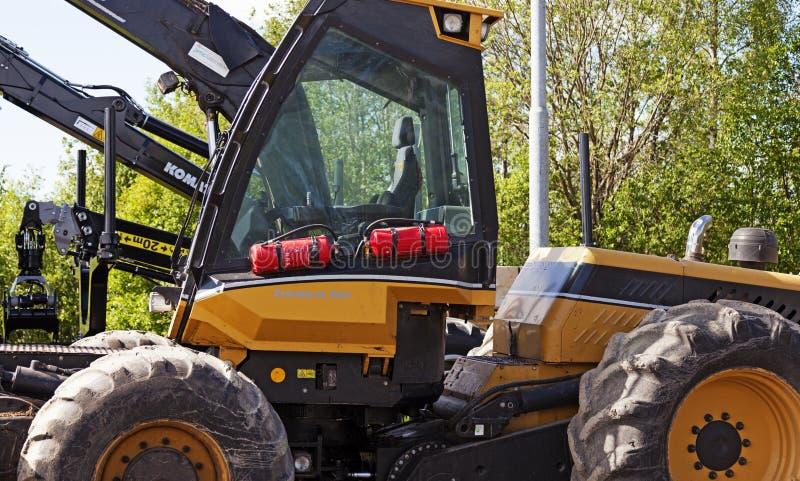 Gele tractoren voor bosbouw in Umea royalty-vrije stock afbeelding