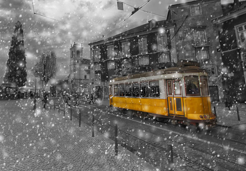 Gele tram in het centrum van Lissabon Portugal in de winter royalty-vrije stock fotografie