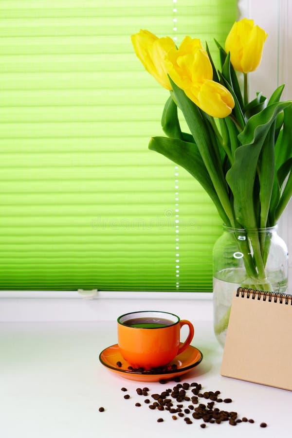 Gele tulpen en kop van koffie royalty-vrije stock afbeeldingen