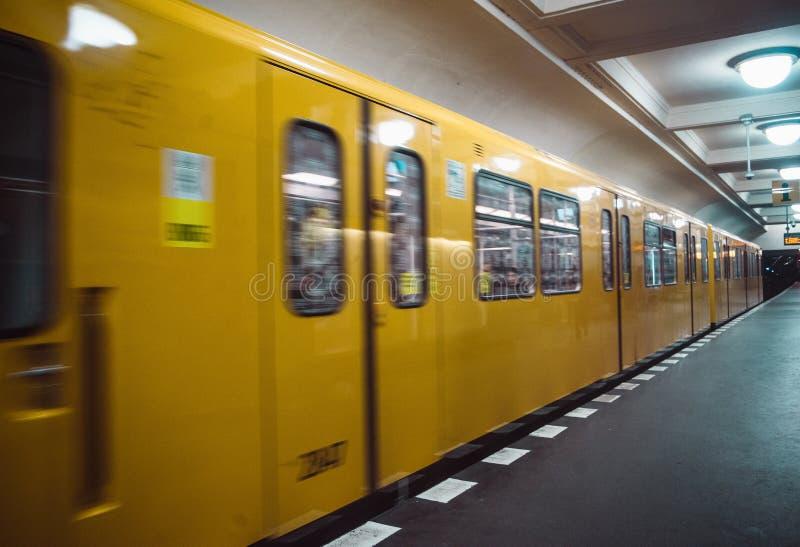 Gele vage metro in Berlijn stock foto's