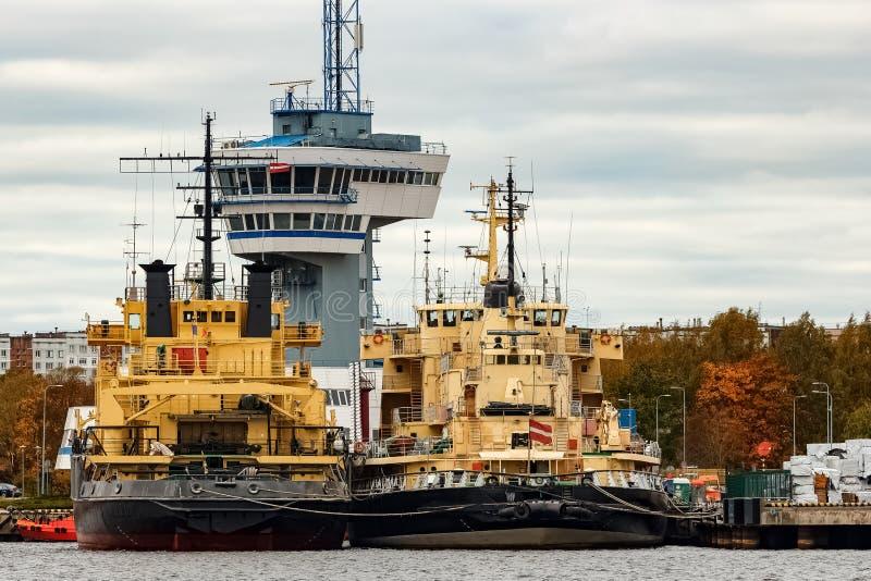 Gele vastgelegd icebreakers royalty-vrije stock fotografie