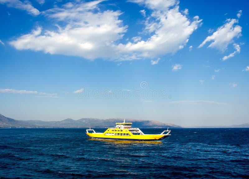 Gele veerboot voor het vervoer van mensen en auto's royalty-vrije stock afbeelding