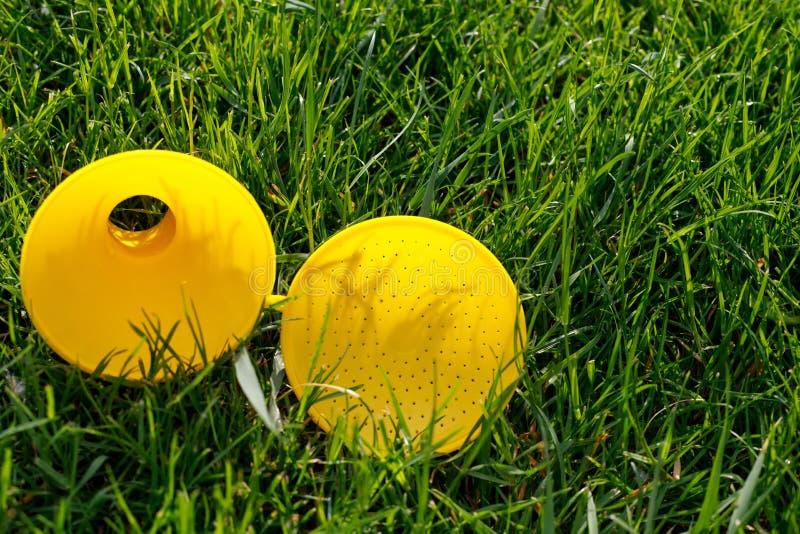 Gele verdeler voor gieter op groen jong gras royalty-vrije stock fotografie