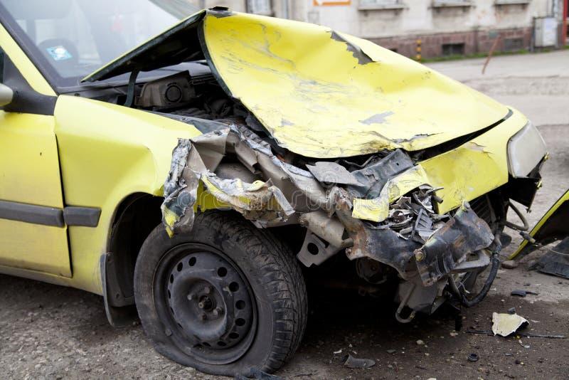 Gele verpletterde auto stock afbeeldingen