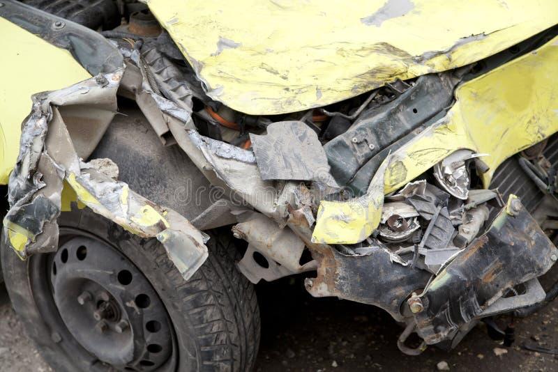 Gele verpletterde auto stock afbeelding