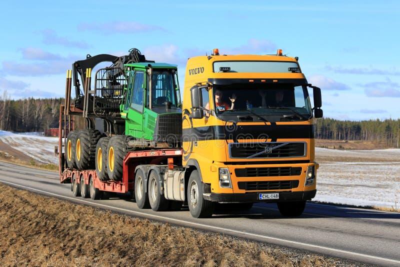 Gele Vervoer Forest Machinery van Volvo FH royalty-vrije stock fotografie
