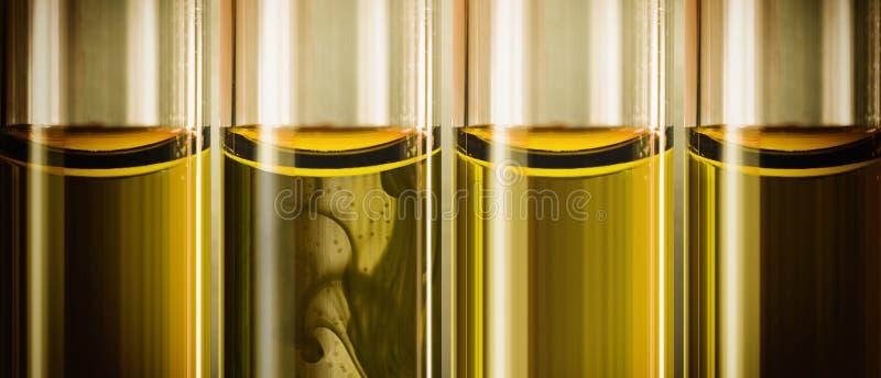 Gele vloeibare machineolie in glazen buizen royalty-vrije stock foto