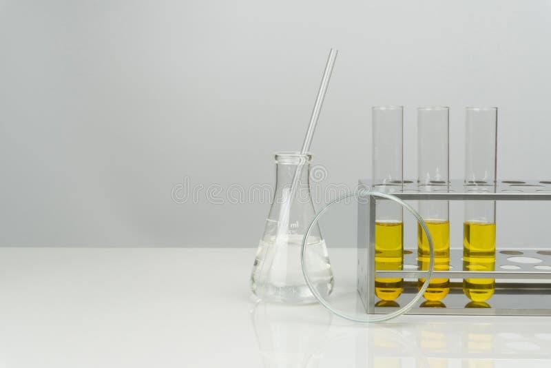 Gele vloeistof in reageerbuizen stock foto