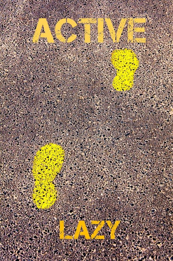 Gele voetstappen op stoep van Lui aan Actief bericht Het beeld van het concept royalty-vrije stock fotografie