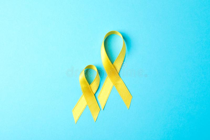 Gele voorlichtingslinten op blauwe achtergrond stock foto