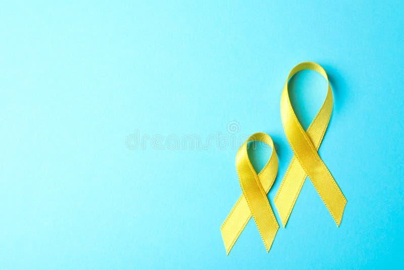 Gele voorlichtingslinten op blauwe achtergrond stock fotografie