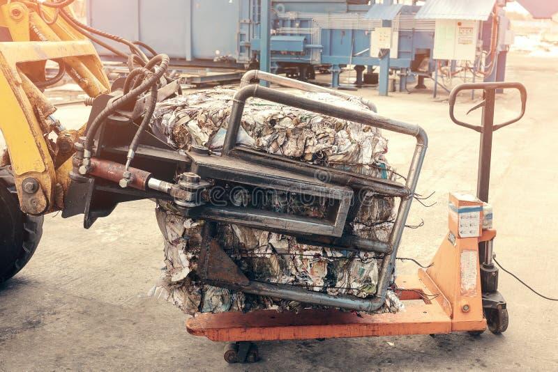 Gele Vorkheftruck De verwerkingsinstallatie van het afval Technologisch proces Recycling en opslag van afval voor verdere verwijd stock fotografie