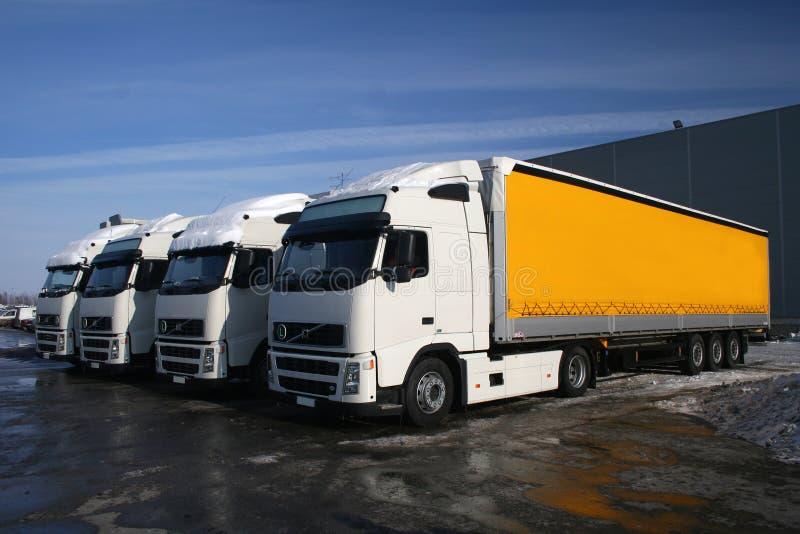 Gele vrachtwagens