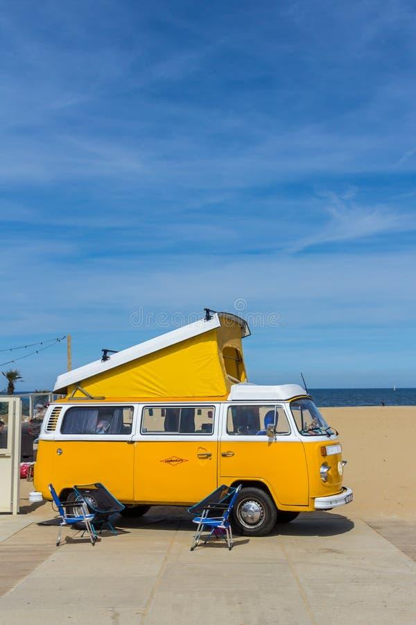 Gele VW-wagen van de combikampeerauto bij Luchtgekoelde klassieke auto toont stock foto's
