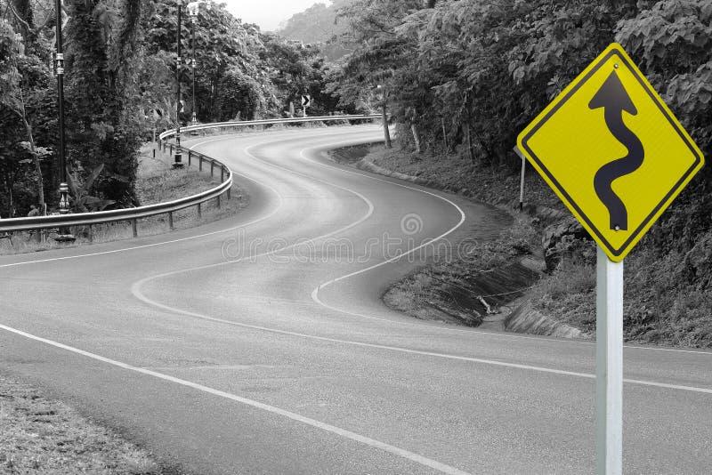 Gele wegwijzer op asfaltweg stock afbeeldingen