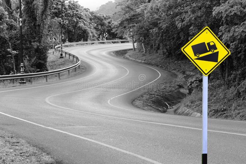 Gele wegwijzer op asfaltweg royalty-vrije stock foto