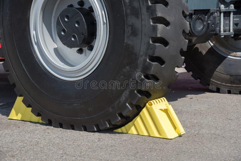 Gele wielblokken onder de grote vrachtwagenwielen royalty-vrije stock afbeeldingen