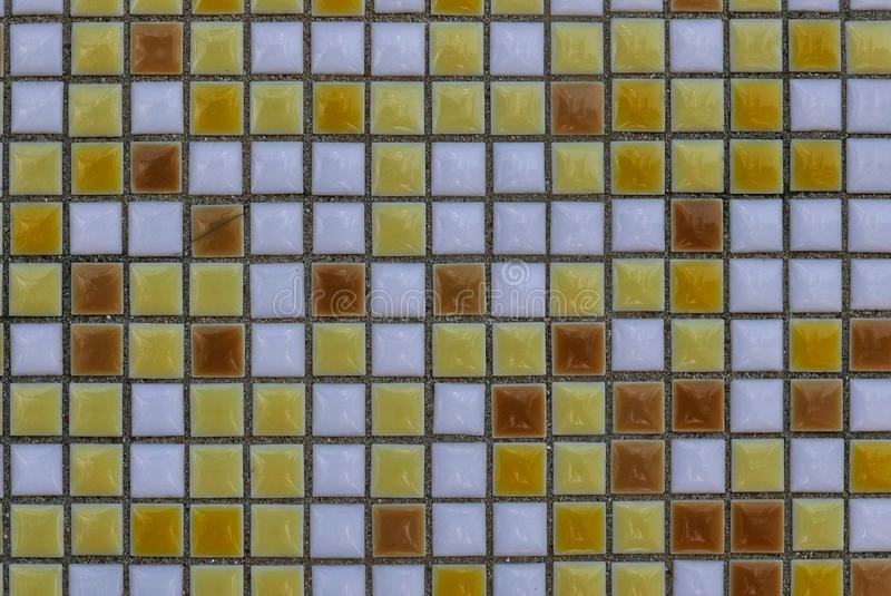 Gele, witte en bruine ceramische muur en vloertegel abstracte achtergrond stock afbeeldingen