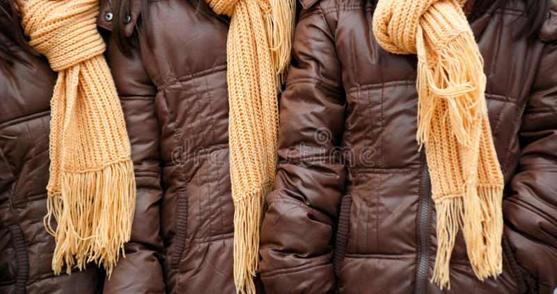 Gele wollen gebreide sjaals stock afbeeldingen