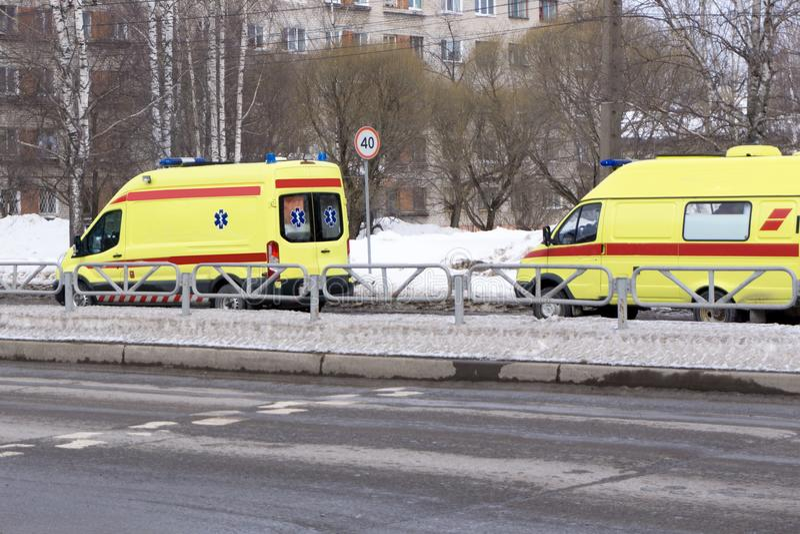 Gele ziekenwagen op de straat van de stad royalty-vrije stock afbeelding