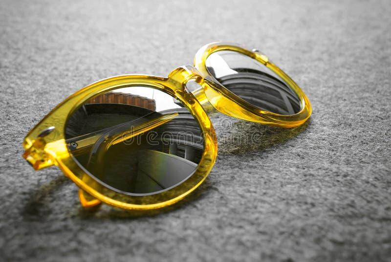 Gele zonnebril stock fotografie
