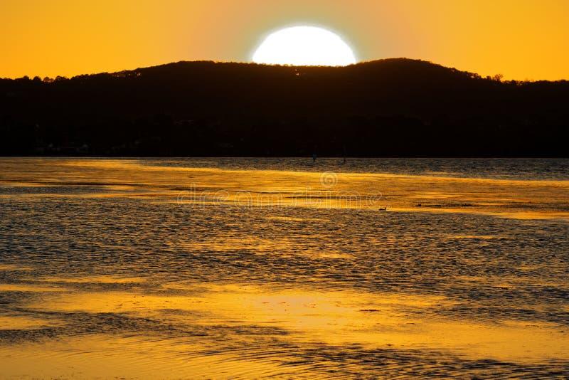 Gele zonsondergangmeer en hemel royalty-vrije stock afbeelding