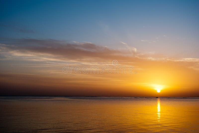 Gele zonsopgang op de oceaan Zon onder het rode overzees in de ochtend Zonsondergang en reflex op water in de avond Gouden zonsop stock fotografie