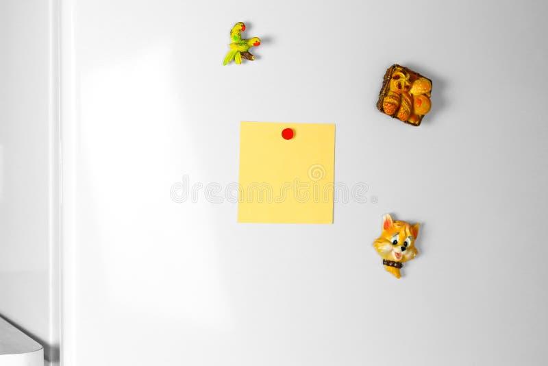 Gele zuivere lege witte sticker op de koelkast Sluit omhoog royalty-vrije stock foto