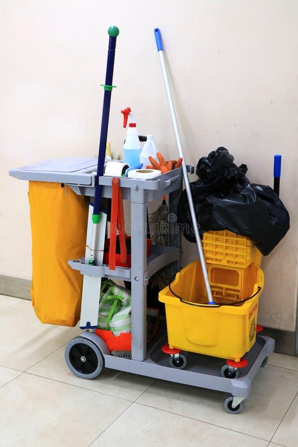 Gele zwabberemmer en reeks van het schoonmaken van materiaal in de luchthaven royalty-vrije stock afbeelding