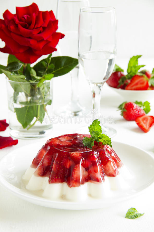 Gelee mit Erdbeeren lizenzfreie stockbilder