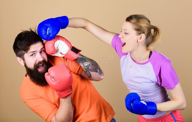 Gelegenheit klopft möglicherweise Ausscheidungswettkampf und Energie Paartraining in den Boxhandschuhen Glückliche Frau und bärti stockbilder
