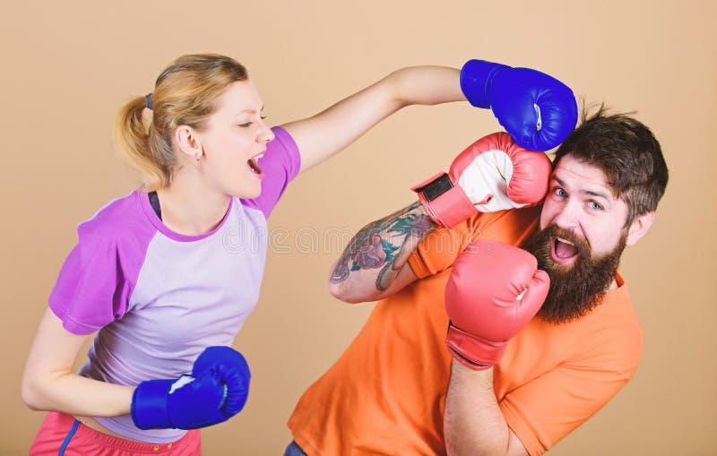 Gelegenheit klopft m?glicherweise Ausscheidungswettkampf und Energie Paartraining in den Boxhandschuhen Gl?ckliche Frau und b?rti stockfotos