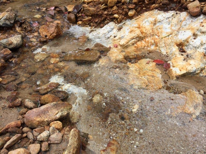 Gelegentliche Steine gemischt in Braunem und in weißem stockfotografie