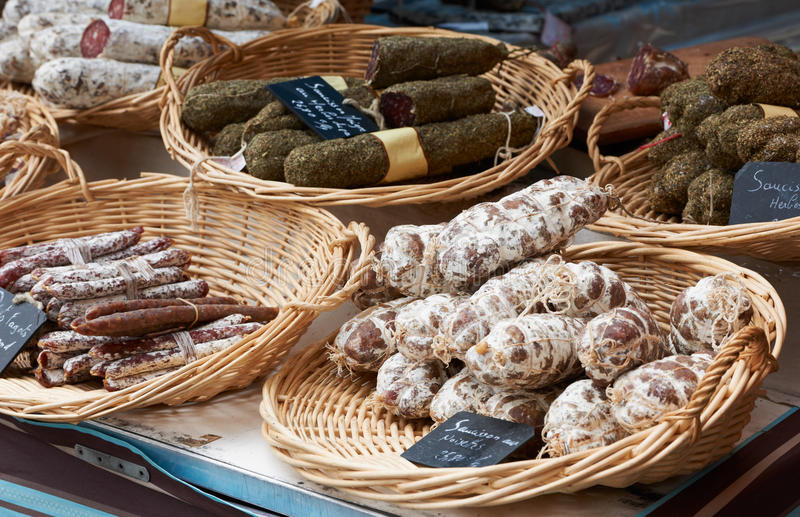 Gelegentliche Würste am Provence-Markt stockfoto