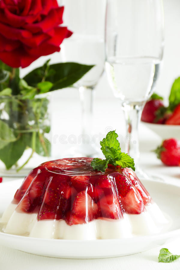 Gelei met aardbeien stock afbeelding