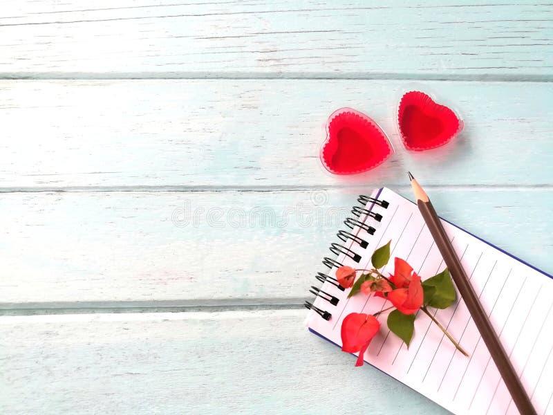 Gelei van het paar de rode hart, het verhaal van de het verslagliefde van het potloodnotitieboekje, de dag van Valentine ` s royalty-vrije stock fotografie