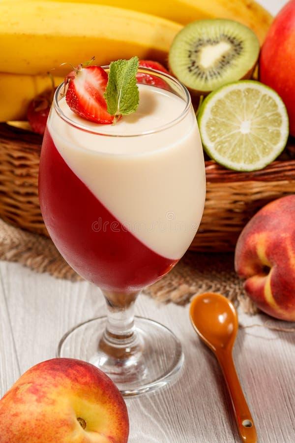A geleia da cereja e de leite com morango remenda no vidro, fresco foto de stock royalty free